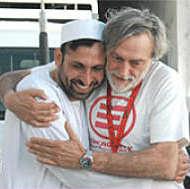 Abbraccio Gino Strada